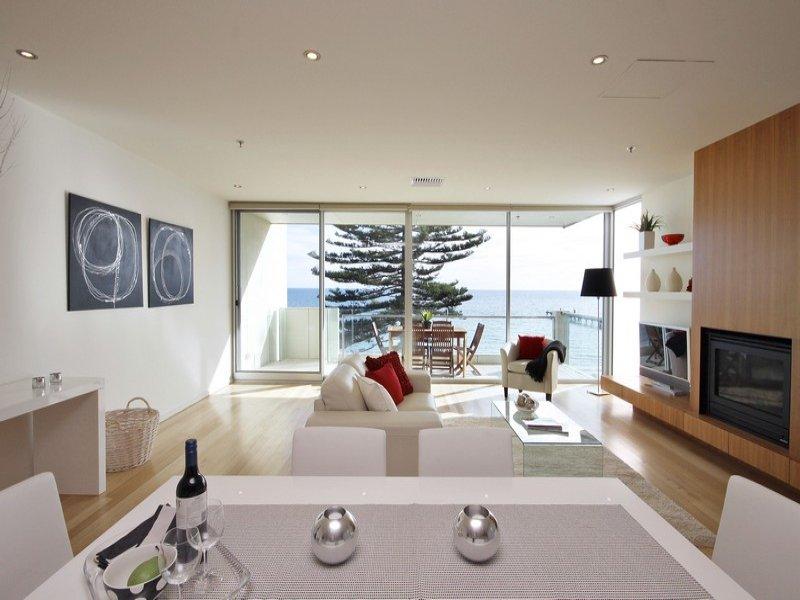 Split level living room using blue colours with carpet for Split living room ideas