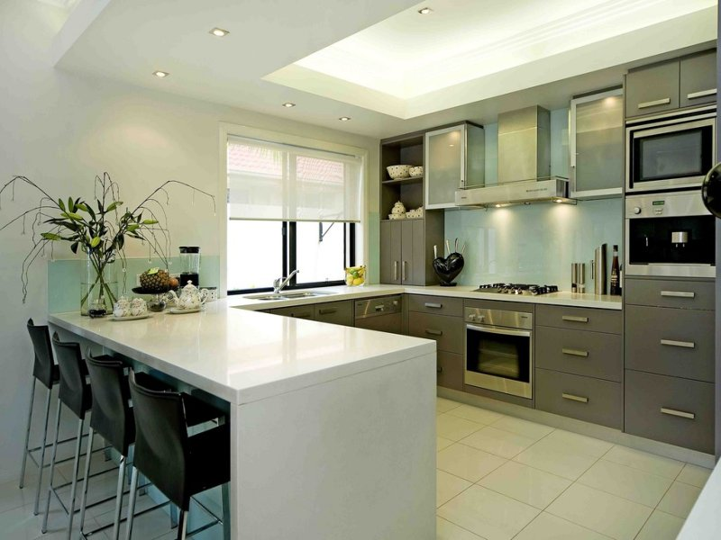 Modern U shaped Kitchen Design Using Stainless Steel
