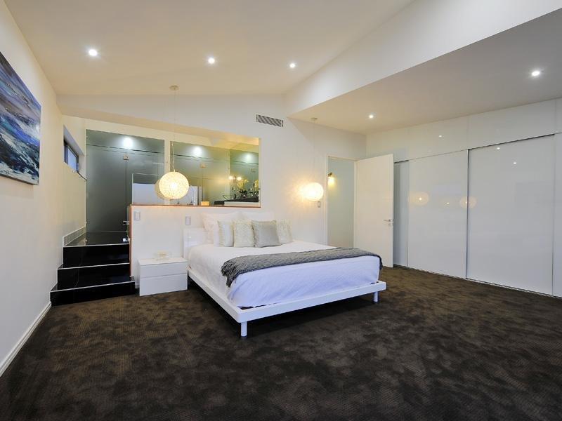 Classic bedroom design idea with cane & bi fold doors  ~ Quarto Casal Luminaria Pendente