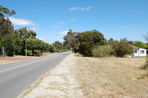 305 Clayton Road, Helena Valley, 6056, North East Perth - House / 3/4 ACRE INVESTEMENT / Garage: 2 / Study / Ensuite: 1 / $465,000