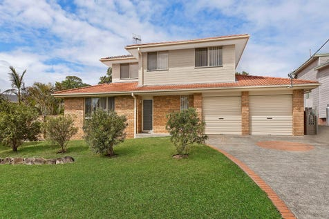 13 Macauley Road, Bateau Bay, 2261, Central Coast - Townhouse / Fit The In-Laws & Enjoy A Splash In The Pool / Carport: 2 / Garage: 2 / $650,000