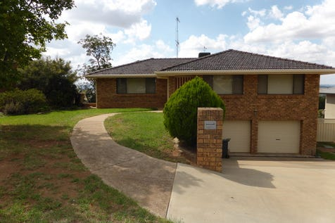 15 Mendos Place, Parkes, 2870, Central Tablelands - House / Something Special / Garage: 2 / Toilets: 3 / $478,000