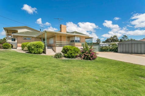 3 Esplanade, Mannum, 5238, Murraylands - House / Plenty of Everything / Carport: 2 / Garage: 3 / Toilets: 1 / $259,000