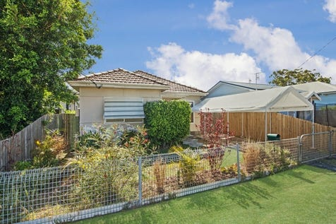 83 Barrenjoey Road, Ettalong Beach, 2257, Central Coast - House / Attention Investors & 1st Home Buyers ! / Garage: 1 / $560,000