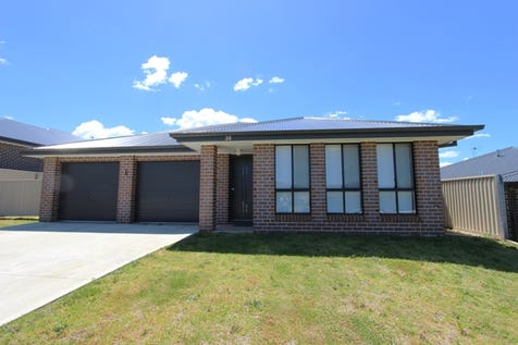 28 Amber Close, Kelso, 2795, Central Tablelands - House / INVEST OR LIVE IN / Garage: 2 / Toilets: 2 / $429,000
