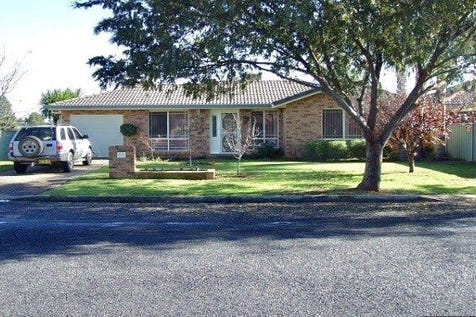 22 Flinders Street, Parkes, 2870, Central Tablelands - House / Ray White Real Estate - 02 6862 1900 / Swimming Pool - Inground / Garage: 1 / Open Spaces: 1 / Secure Parking / Air Conditioning / $269,000