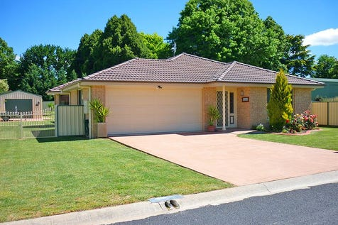 10 Morris St, Blayney, 2799, Central Tablelands - House / LOOKING TO DOWNSIZE  / Garage: 3 / $370,000