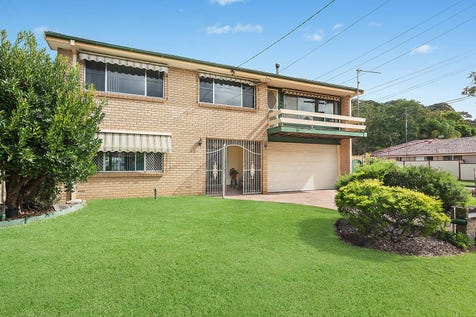 11 Carpenter Street, Umina Beach, 2257, Central Coast - House / Large family home with in-ground pool / Garage: 2 / $760,000