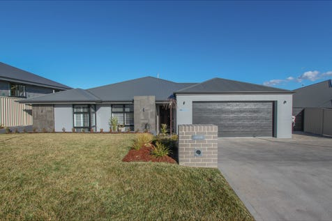 59 Graham Drive, Kelso, 2795, Central Tablelands - House / FAMILY HOME AWAITS / Fully Fenced / Garage: 4 / Remote Garage / Alarm System / Built-in Wardrobes / Dishwasher / Ducted Cooling / Ducted Heating / Rumpus Room / Ensuite: 1 / Living Areas: 3 / Toilets: 3 / $709,000