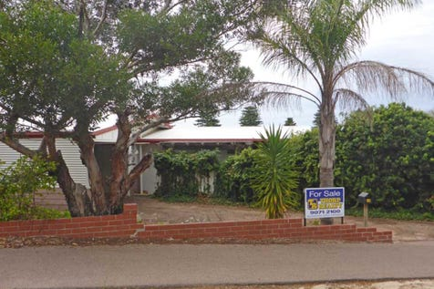 18 Corry Street, Esperance, 6450, East - House / CENTRAL COUNTRY COTTAGE / Deck / Garage: 1 / $358,000