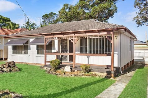 194 Railway Street, Woy Woy, 2256, Central Coast - House / LARGE HOME WITH HUGE YARD & DEVELOPMENT POTENTIAL / Carport: 1 / Garage: 1 / Study / $650,000