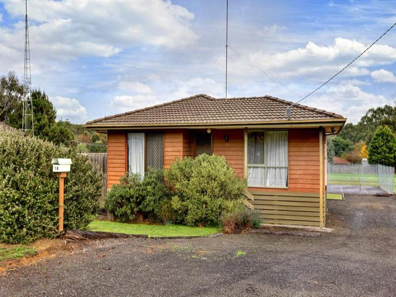 18 ANDREW AVENUE, Waterford Park, Vic 3658
