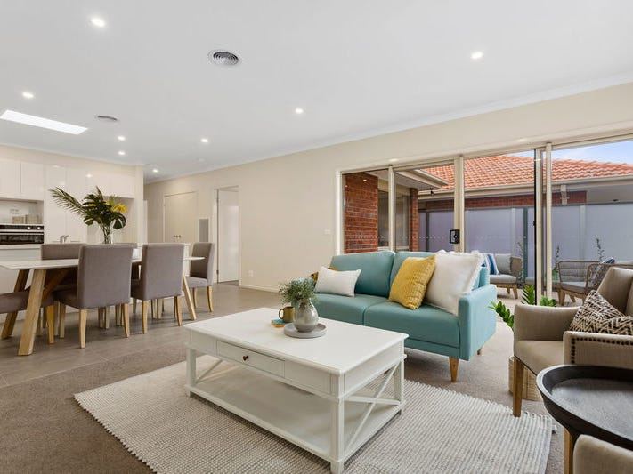 211/2 Rochester Parade, Cranbourne East, Vic 3977