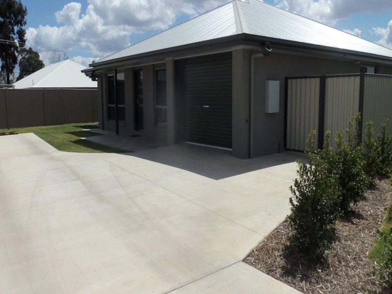 Unit 2/4 Moore St, Chinchilla, Qld 4413