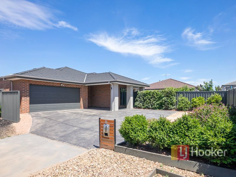 11 Finsbury Crescent, Manor Lakes, Vic 3024