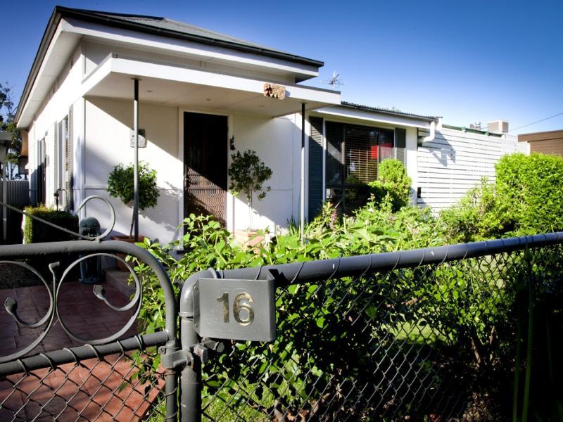 16 Dunn Street, Tharbogang, NSW 2680