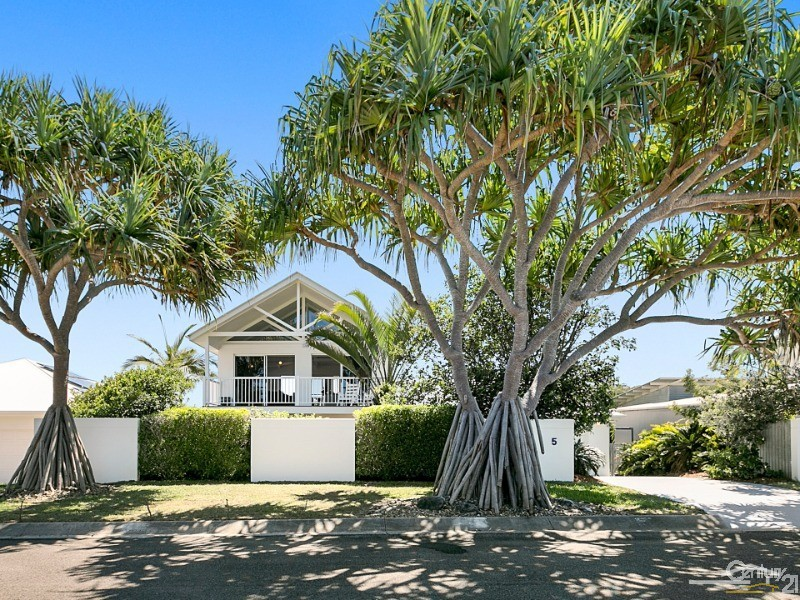 5 Antipodes Close, Castaways Beach, Qld 4567