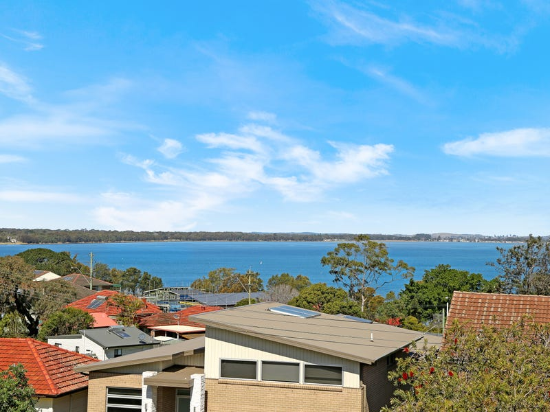 62 Grand View Parade, Lake Heights, NSW 2502