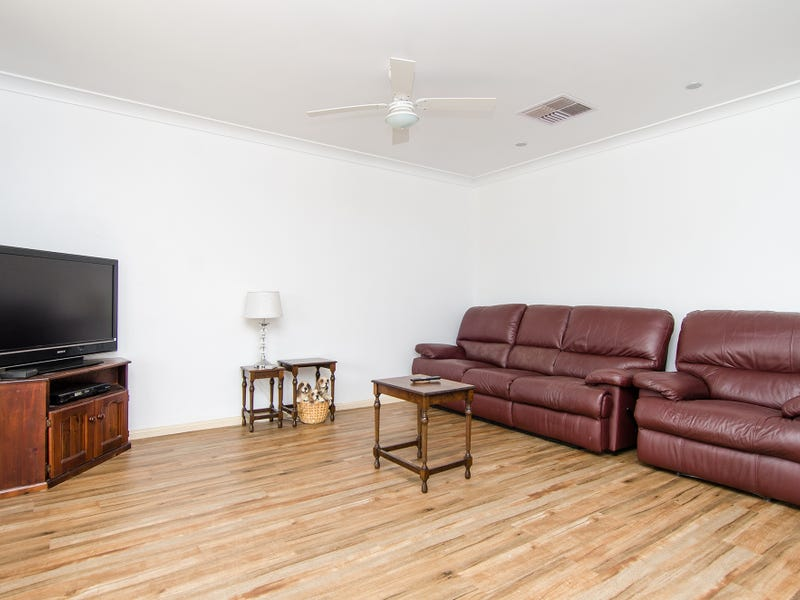 28 Paldi Crescent, Glenfield Park, NSW 2650