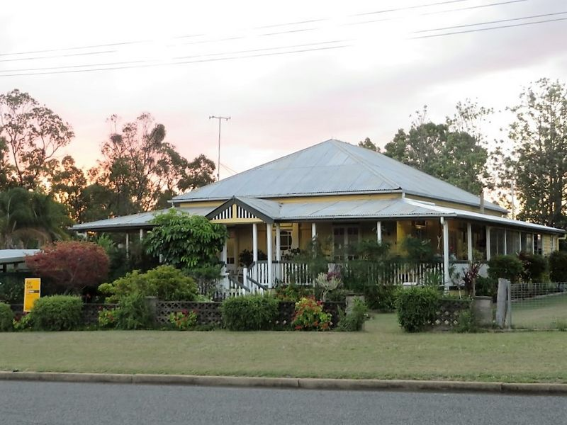 14 Downing St, Gayndah, Qld 4625