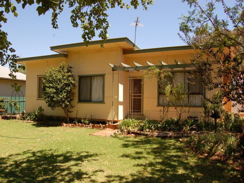 24 Napier Street, Goolgowi, NSW 2652