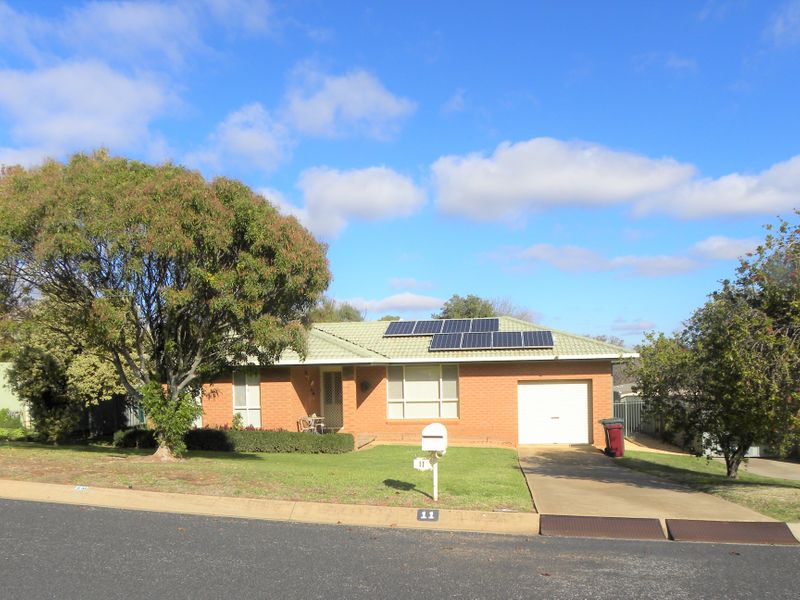 11 CASUARINA CLOSE, Cowra, NSW 2794