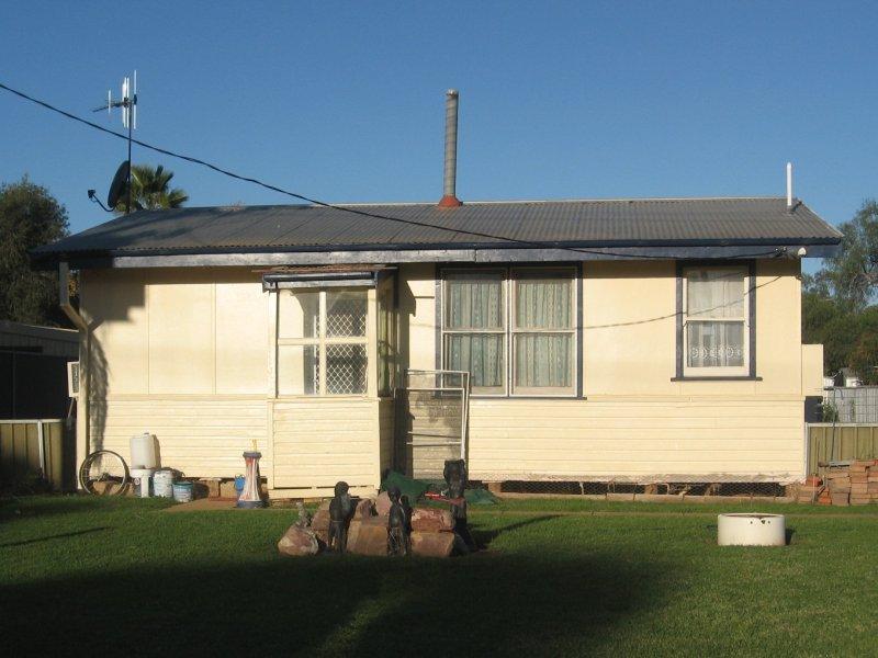 4 VICTOR ST, Trangie, NSW 2823