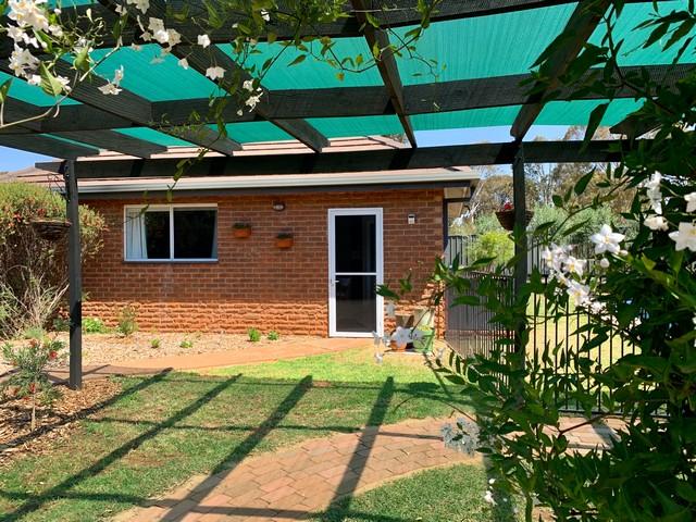 "2 DeSalis Drive - ""Green Finch Cottage"", Junee, NSW 2663"