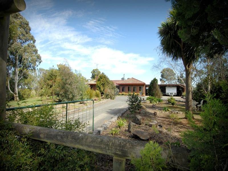 100 Peerewerrh Road, Millbrook, Vic 3352