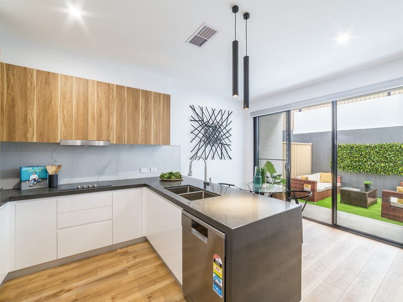 2/5 Enid Avenue, Southport, Qld 4215